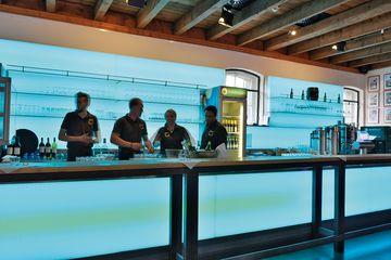 Bar im Foyer mit atmosphärischer Beleuchtung