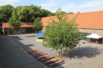 Totale vom Dach Eingang aus gesehen / links: Ausgang Schloss Wahn