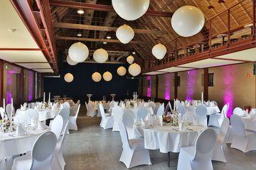Saal mit Hochzeitsdeko und Bankettbestuhlung