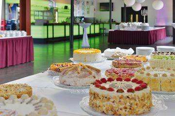 Foyer mit Kuchenbuffet