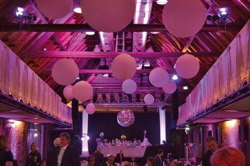 Saal mit Hochzeitsdeko und Atmolicht